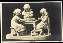 Ak Kaffeebesuch, Drei Mädchen am Tisch, Plastik