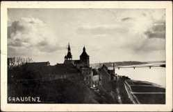 Ak Graudenz in Westpreußen, Blick zum Ort mit Brücke und Kirche und die Weichsel