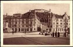 Postcard Ljubljana Slowenien, Marljin trg, Straßenpartie mit Schloßblick