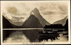 Ansichtskarte / Postkarte Neuseeland, Mitre Peak, Milford Sound, Bucht, Motorboot, Gebirge