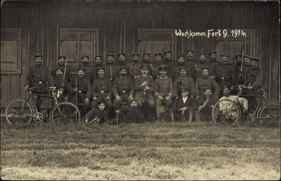 Foto Ak Wachkomm. Fort 9, 1914, Soldaten, Fahrräder, Offizier