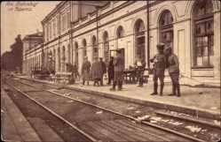 Postcard Kaunas Kowno Kauen Litauen, Bahnhof, Gleisseite, Soldaten auf dem Bahnsteig