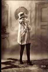 Ansichtskarte / Postkarte Frau in Unterwäsche, Strümpfe, Hochschuhe, Weißes Hemd, Blume