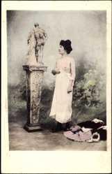 Ansichtskarte / Postkarte Leicht bekleidete Frau betrachtet Statue, Brüste, Unterwäsche