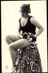 Ansichtskarte / Postkarte Junge Frau in Badekleid, Balettschuhe, Beine, Mütze