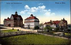 Postcard Riesa an der Elbe, Carola und Handelsschule, Straßenpartie