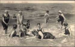 Ak Westerland auf Sylt, Damen genießen ein Bad in der See