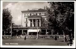 Ak Poznań Posen, Blick auf den Wilhelmplatz, Fassade, Passanten, Restaurant