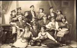 Studentika Foto Ak Gruppenfoto, Frauen in Schirmmützen, Männer, Violine, Gitarre