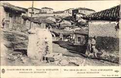 Postcard Bitola Monastir environs Mazedonien, Blick auf einen Ort, Brunnen, Soldaten