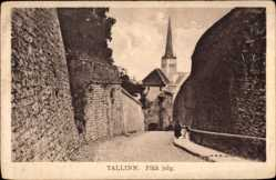 Postcard Tallinn Reval Estland, Pikk jalg, Gasse, Hohe Mauern, Kirchturm
