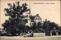 Ansichtskarte / Postkarte Schönfeld in Sachsen, Straßenpartie mit Blick auf das Schloss, Glockenturm