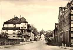 Postcard Oelsnitz im Erzgebirge, Blick in die Dr. Otto Nuschke Straße, Häuser