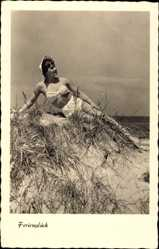 Ak Ferienglück, Junge Frau in Badekleid am Strand liegend