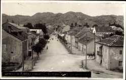 Foto Ak Cettigne Montenegro, La Rue principale, Straßenpartie, Häuser, Berge