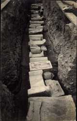 Foto Ak Ausgrabungen, Steinreliefs, Religiöse Figuren