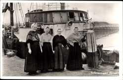 Ak Scheveningen Den Haag Südholland, Haven, Frauen in Tracht, Partie im Hafen