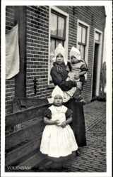 Ak Edam Volendam Nordholland, Drei kleine Mädchen in Tracht