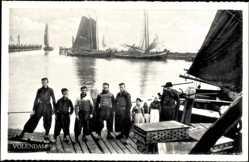 Ak Edam Volendam Nordholland, Männer und Kinder in Tracht, Segelboote