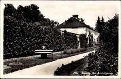 Postcard Dachau in Oberbayern, Partie im Schloßgarten, Brunnen