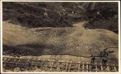 Foto Ak Argentinien, Bau einer Eisenbahnstrecke, Gleisleger im Gebirge