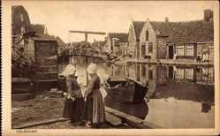 Ak Edam Volendam Nordholland, Mädchen in Trachten, Flusskanal, Hebebrücke