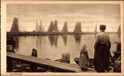 Ak Edam Volendam Nordholland, Niederländer am Hafen, Segelboote