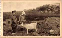 Ak Edam Volendam Nordholland, Kinder füttern eine Ziege
